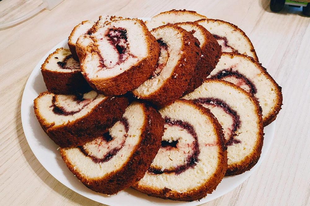 Бисквитный рулет с черничным джемом на десерт