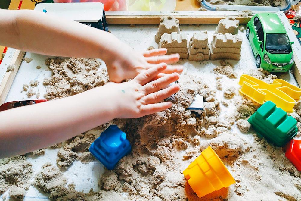 Лепила по факту только я, а дети закапывали свои машинки в песок и ломали мой замок. Но все равно весело