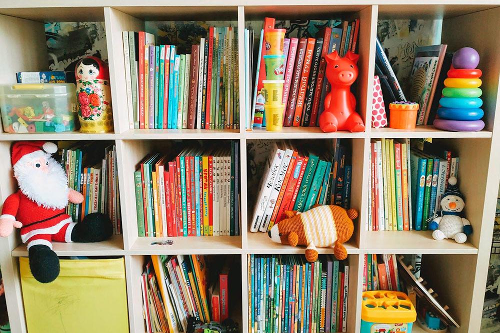 Это наша домашняя детская библиотека. Детям мы покупаем бумажные книги, а сами слушаем аудиокниги