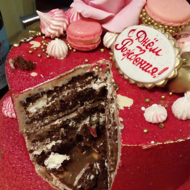 Выглядит торт о-о-очень вкусно. Делали на заказ за 3000 <span class=ruble>Р</span>, скидывались с парнем пополам пару недель назад
