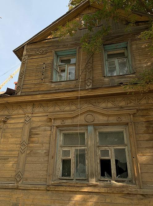 В Рязани очень контрастная застройка. Новый клубный дом спрайсом от110тысяч заквадрат стоит напротив заброшки