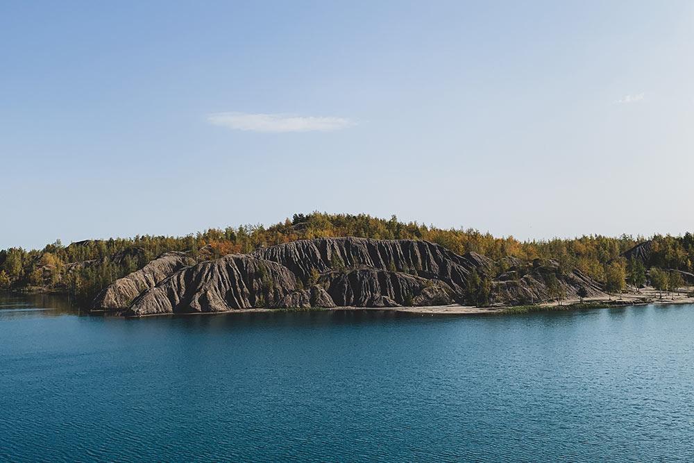 Горы похожи назаставку кновой мacOS. Из-за большого количества минералов озера тут очень красивые: зеленые, синие, бирюзовые