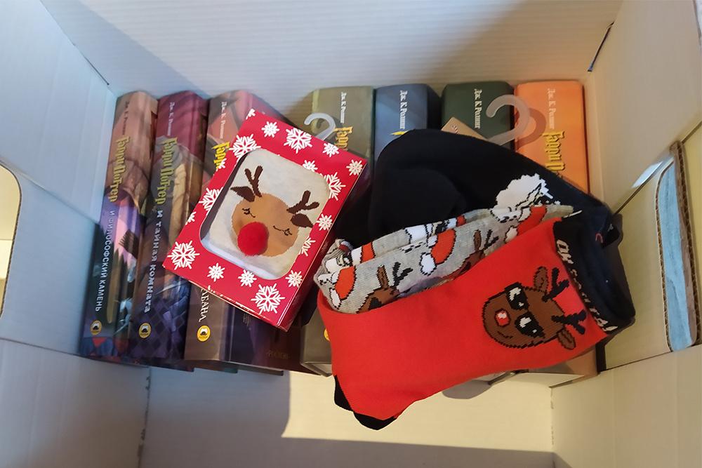 Сестре 9 лет, я подарю ей полное собрание книг о Гарри Поттере в переводе издательства «Росмэн» и вышивку, папе и его жене — тоже уже готовые и оформленные в рамки вышивки и носки каждому