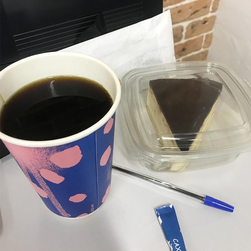 Кофе и птичье молоко как извинение за то, что я долго ждал свою еду