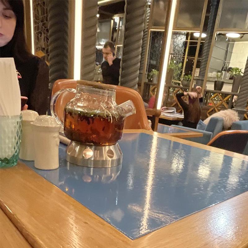Чай заказали на весь стол. Я ничего больше не заказывал