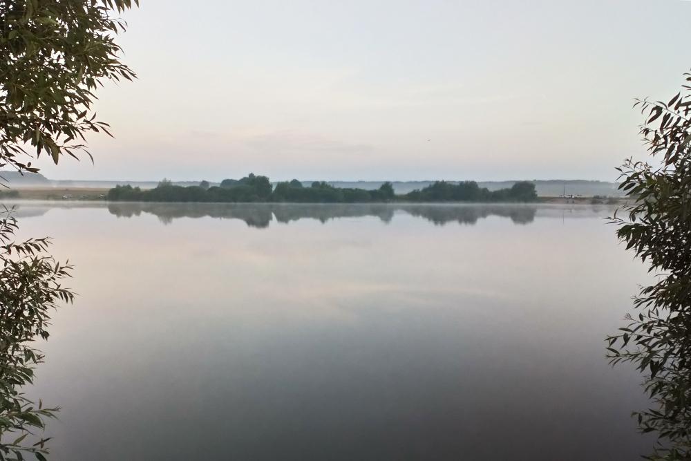 Это озеро всего в 500 м от нашего дома. Мы любим купаться там летом