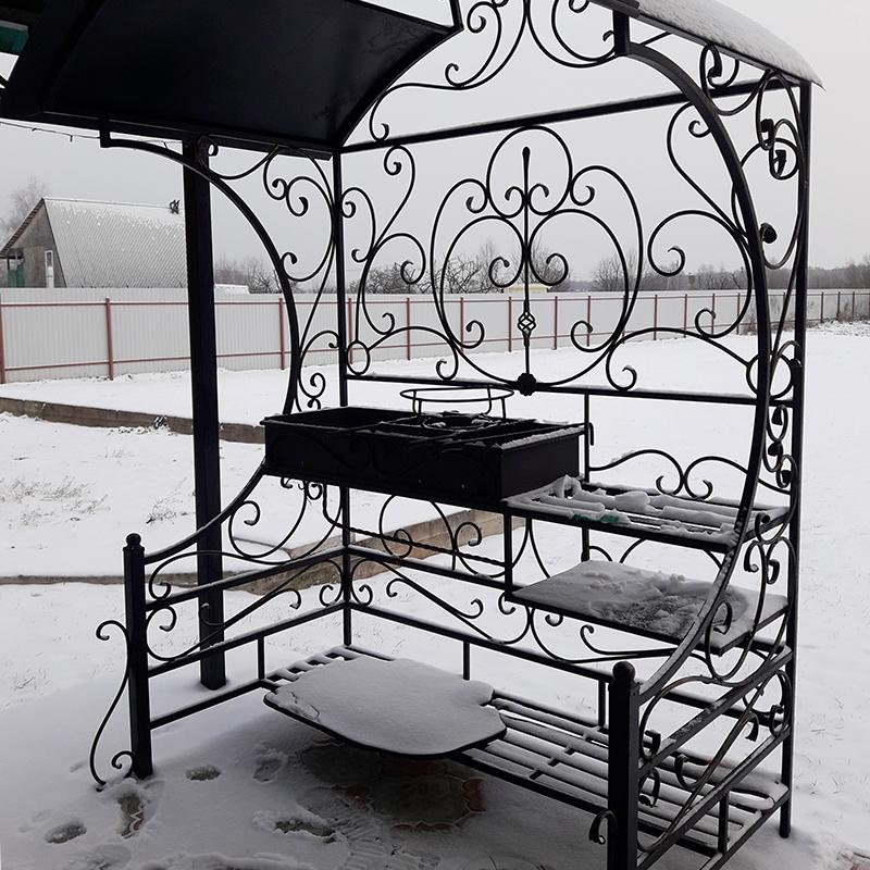 Ковка мангала подходит к ковке навеса. Это фото я сняла позднее, поэтому тут лежит снег