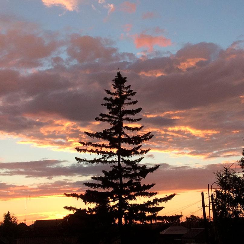 Закат с другой стороны дома