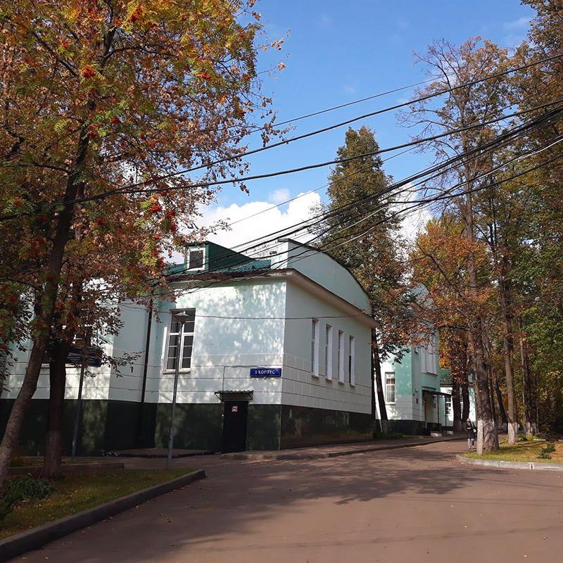 На территории больницы красиво. Это одна из старинных московских больниц, ПКБ №4 им. Ганнушкина