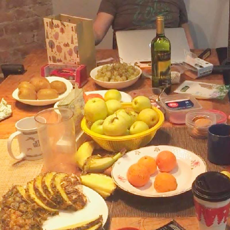 Яблоки, ананасы, киви, «винограды», как их называет дочь, апельсины — это наш ужин