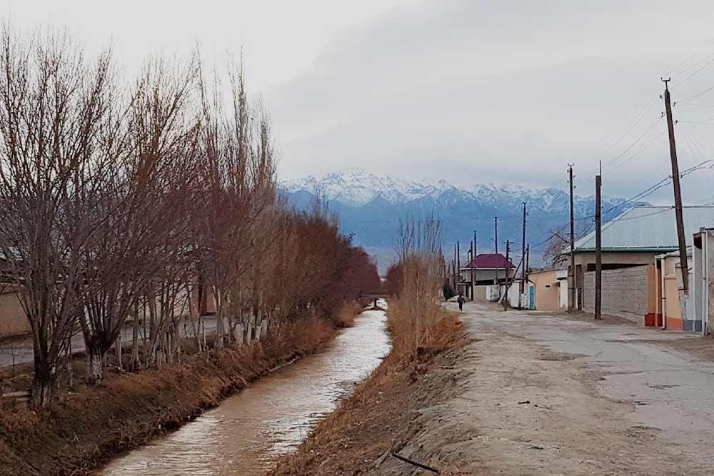 Красивый арык — оросительный канал — в городе Канибадаме в Таджикистане