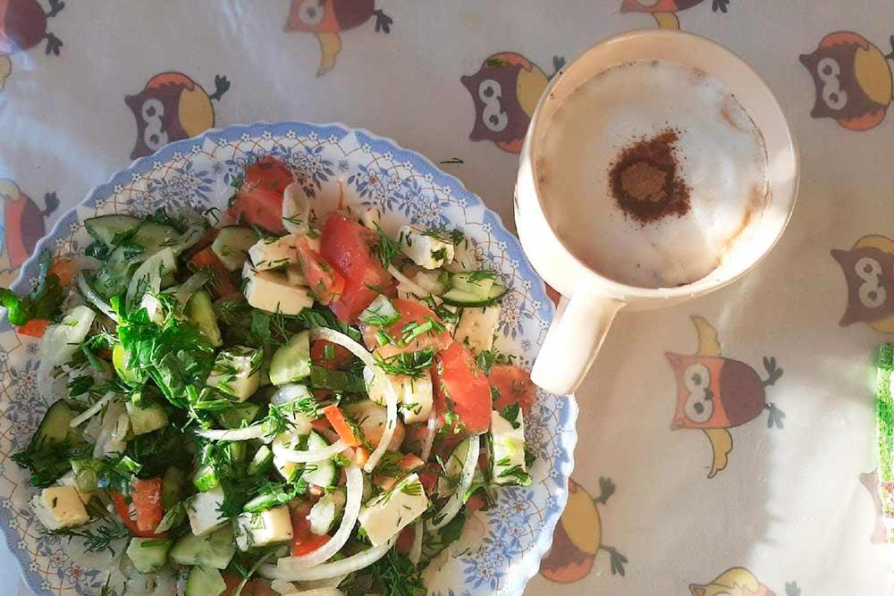 Мы не любим есть поздно и плотно — ужинаем салатом