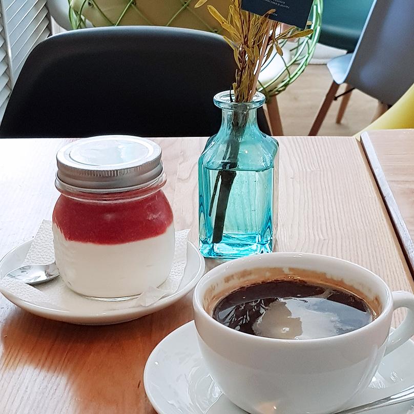 Перекусываю одна в кафе «Кофемолка»