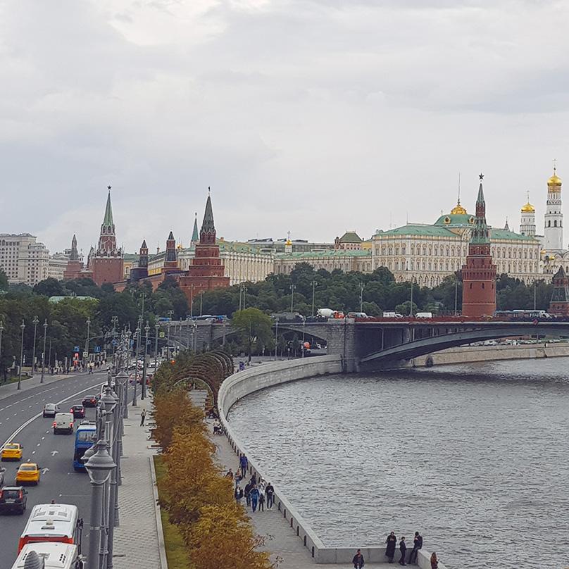 Дошла до Патриаршего моста. Любуюсь Кремлем и видами Москвы