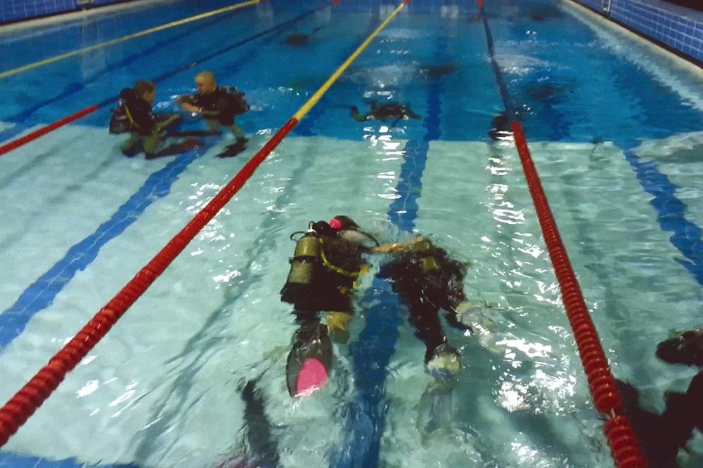 Еще один плюс погружения в бассейне: рядом много крутых дайверов, за которыми интересно наблюдать. Они испытывают новое снаряжение и отрабатывают навыки. Например, учатся выпускать буи, буксировать партнера, плавать в сухом костюме, снимать и надевать снаряжение под водой