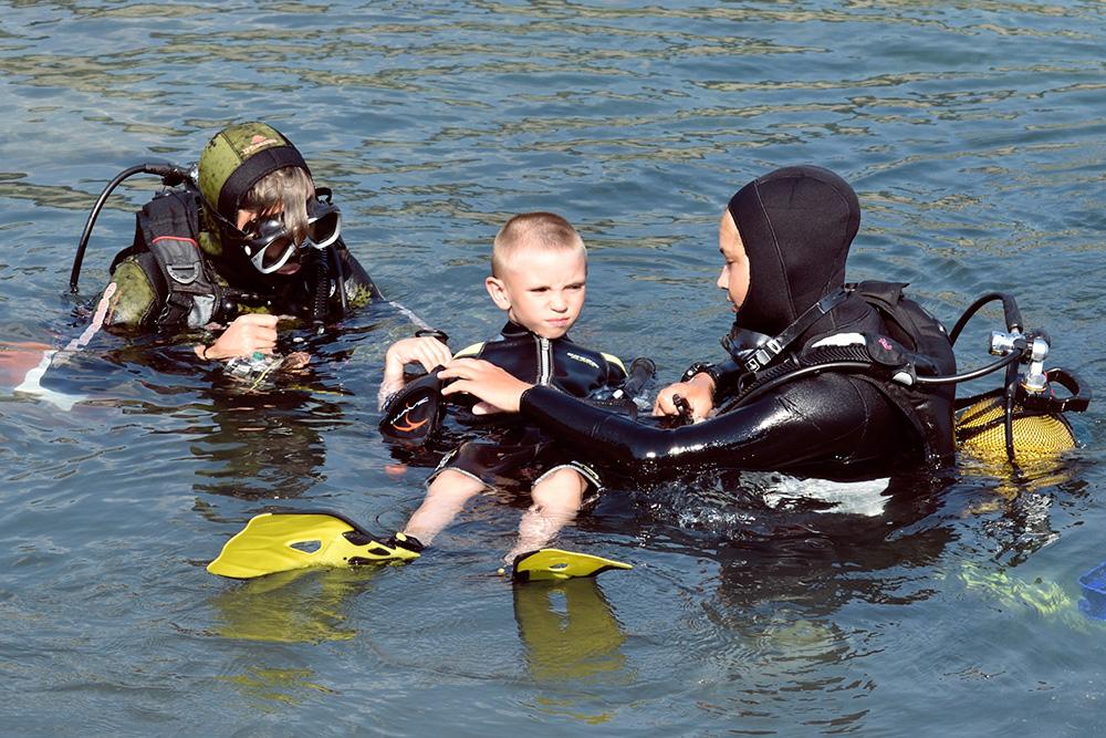 С ребенком обычно погружаются два инструктора: один все время держит, второй — фотографирует