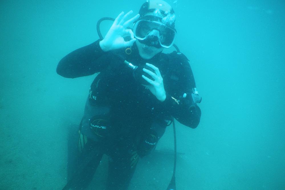 Первое и самое простое упражнение под водой: достать изо рта загубник, вставить обратно и прочистить от воды. Задерживать дыхание под водой нельзя, поэтому приходится все время выдыхать — выпускать маленькие пузырьки воздуха
