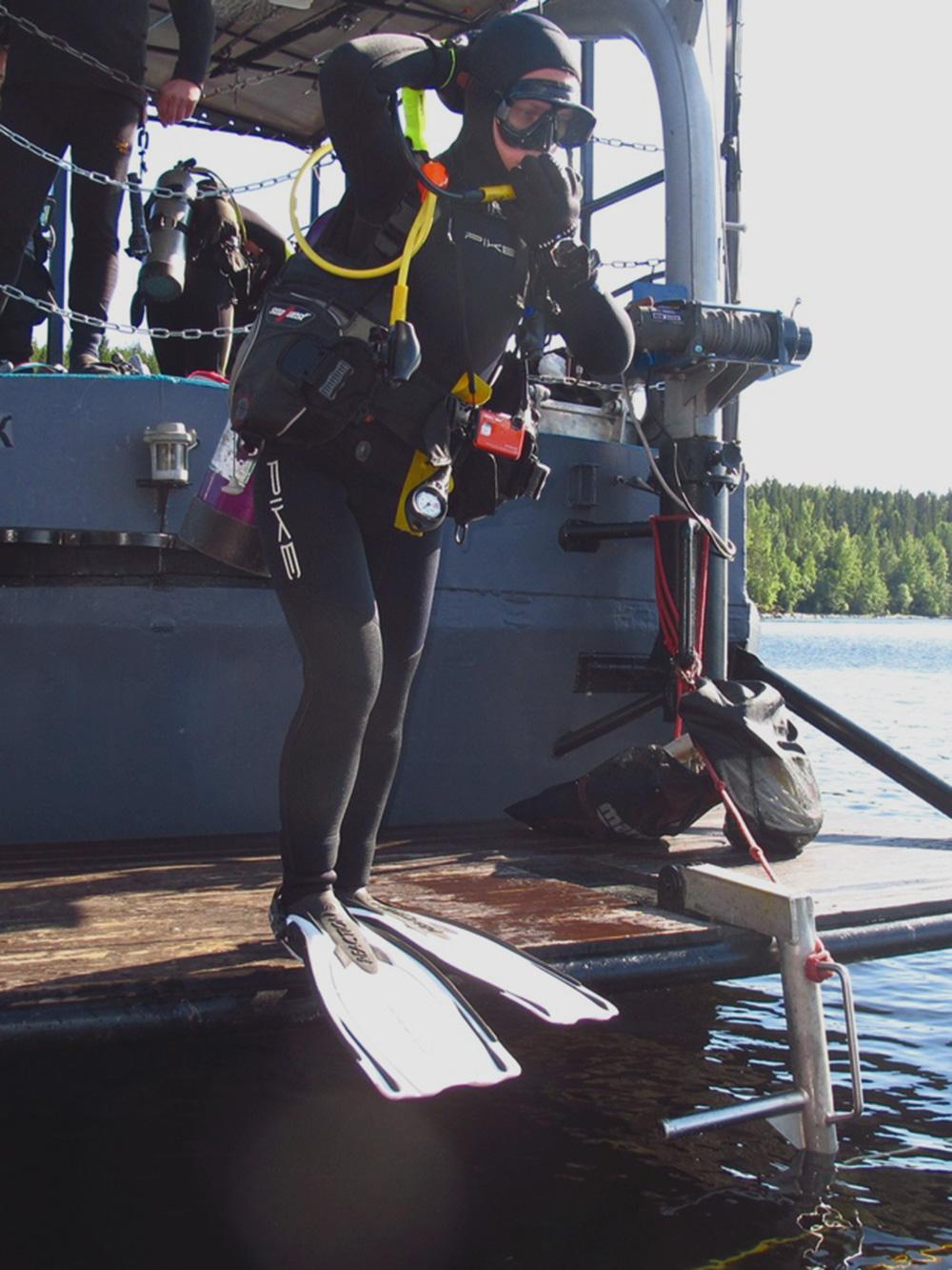 Я в мокром гидрокостюме готовлюсь войти в воду на Ладожском озере. Костюм шила на заказ по своим меркам