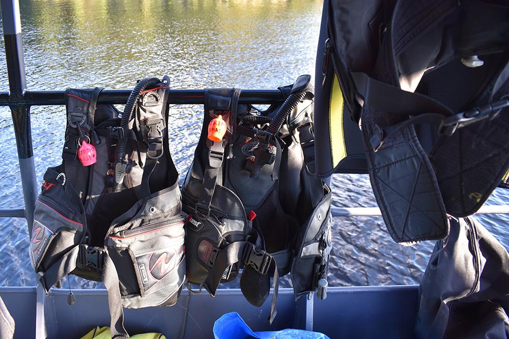 Наши жилеты-компенсаторы Aqualung и SeaQuest после погружений сушатся на палубе