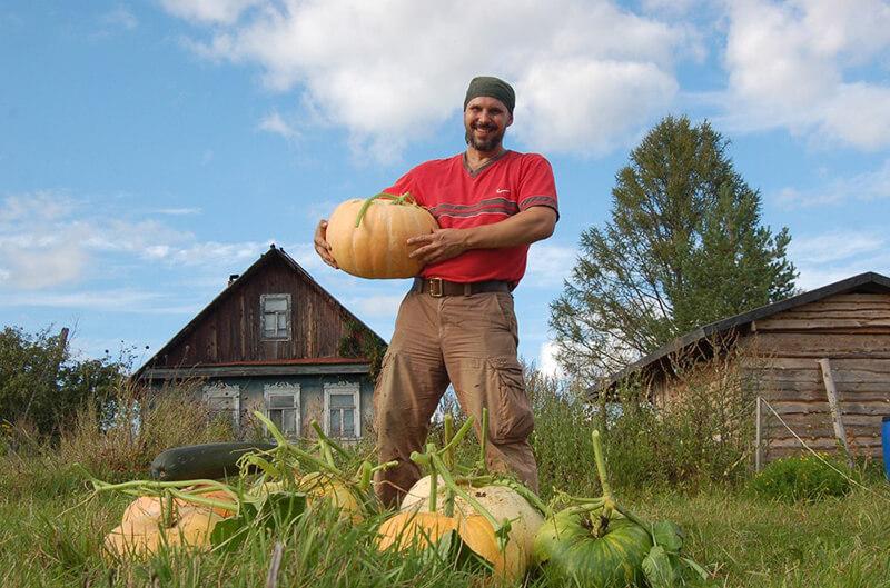 Дмитрий на собственном огороде