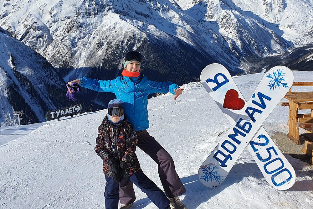 Это мы с сыном на учебном склоне «Поляна тусовок» на высоте 2500метров