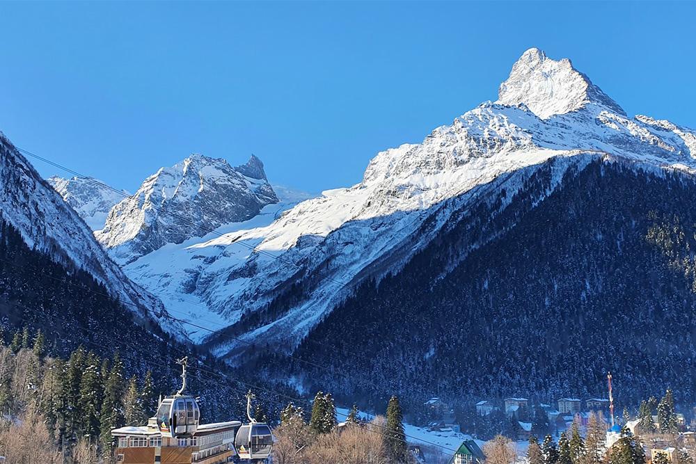 Вид из окон наших апартаментов: мы смотрели на горы и канатную дорогу