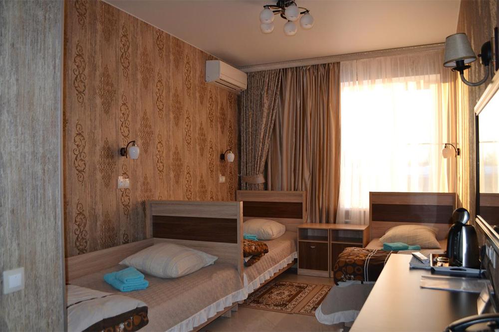 В Павловске ночевали в гостинице «Оникс». В нашем номере были три односпальные кровати и ванная комната. У гостиницы есть бесплатная парковка, но нет кафе — только чайник в номере. За ночь мы заплатили 2500<span class=ruble>Р</span>. Источник: booking.com