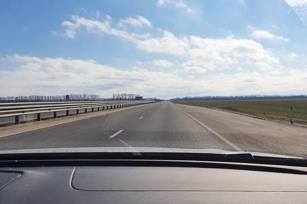 Федеральная трасса E50 в районе Армавира в Краснодарском крае. Приятно ехать по четырехполосной дороге с разделительным барьером и хорошим асфальтом
