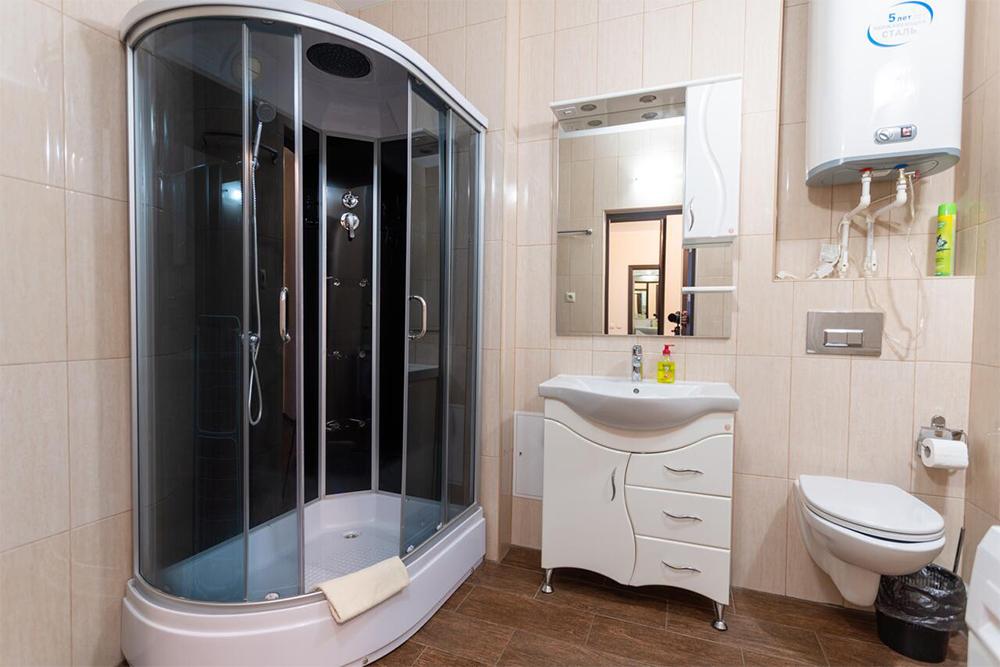 Ванная комната в наших апартаментах, в ней теплые полы и стиральная машина. Источник: booking.com