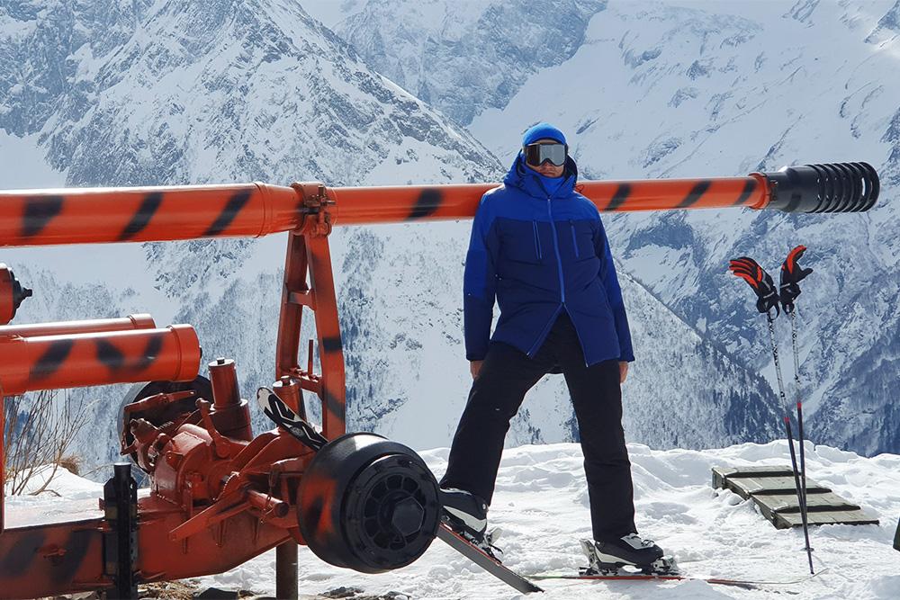 Муж в полной горнолыжной экипировке