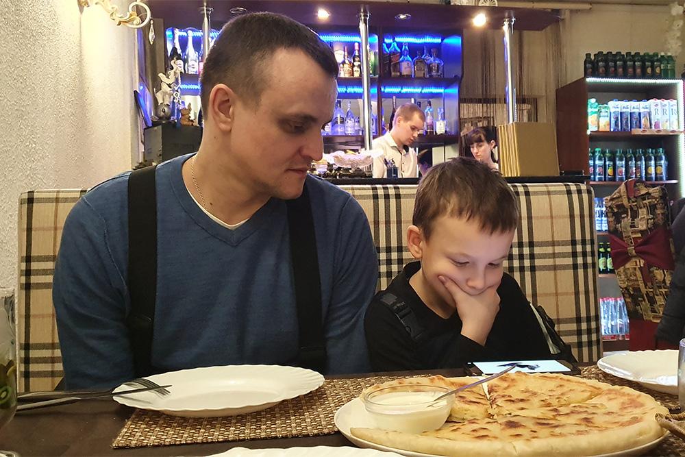 Хычин в кафе «Шумка». Это национальный пирог карачаевской кухни. Саму лепешку готовят из пресного теста, в нее добавляют самые разные начинки. На фото — хычин с сыром
