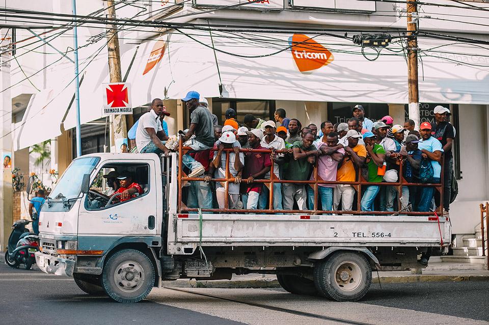 Гаитяне-строители возвращаются с участка. Фото Алексея Раевского