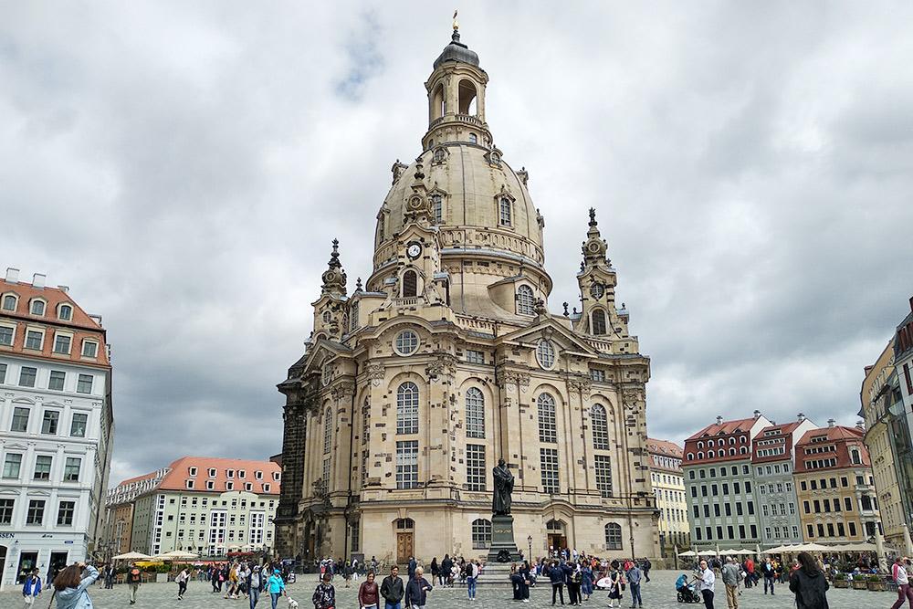 Перед храмом стоит памятник Мартину Лютеру и простирается площадь Ноймаркт