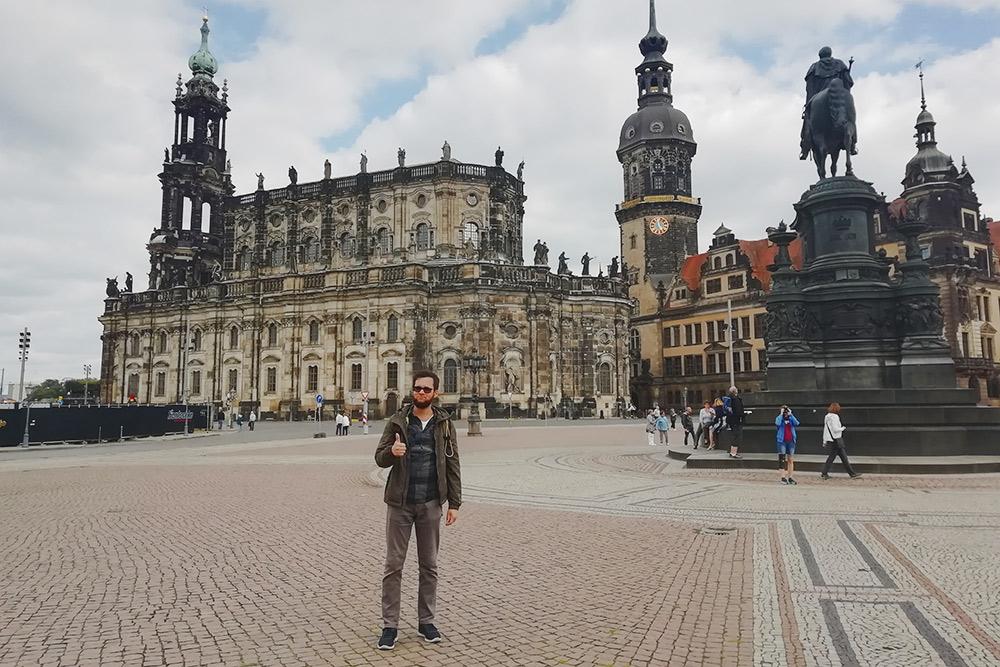 Театерплац. Слева — Хофкирхе, справа — памятник королю Иоганну. Он перевел на немецкий «Божественную комедию»
