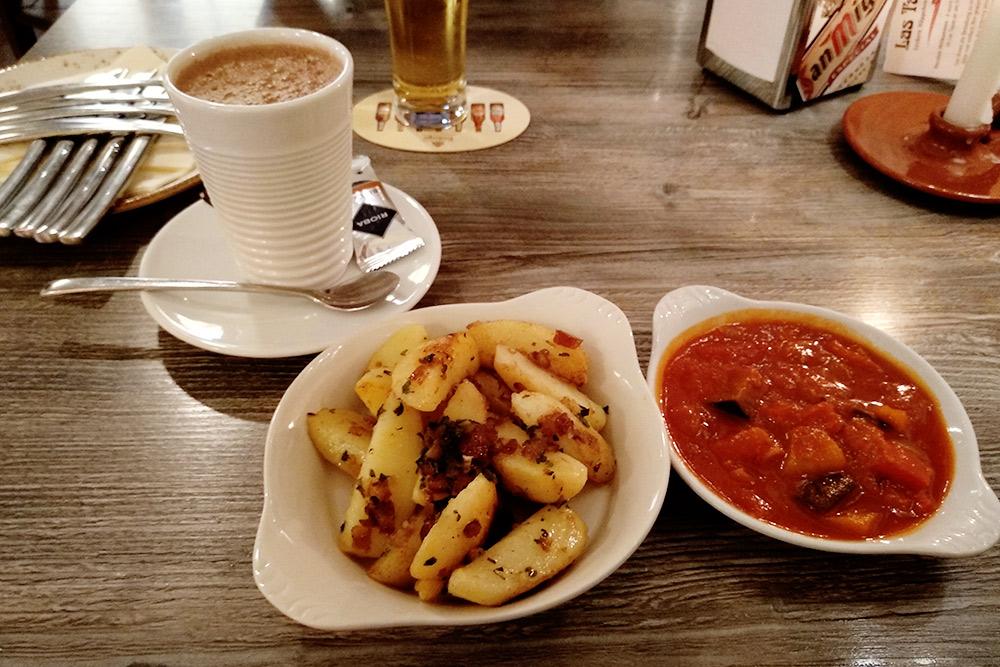 Жареный картофель с финиками, тушеные овощи по-андалузски и какао. Я не привык к сладким добавкам к картофелю, но сочетание интересное — было вкусно. За все блюда на фото я заплатил 15€