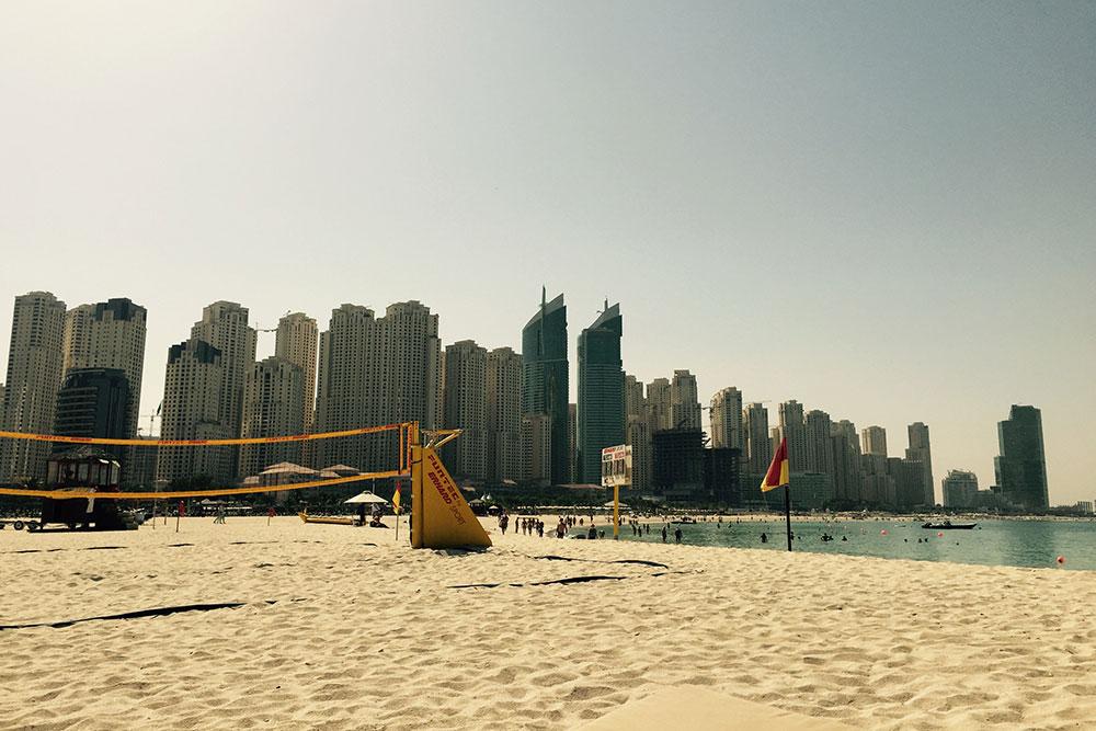 Вид на район Дубай Марина с пляжа