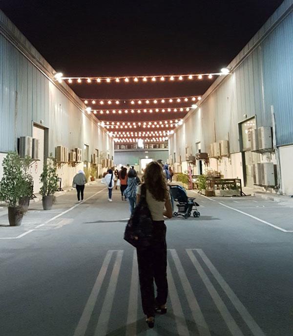 Дизайн пространства довольно лаконичный, но мне нравятся вечерние прогулки по району, когда горят огни и вывески