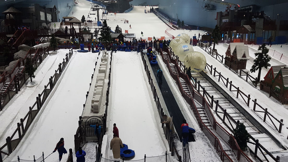 Или лыжный склон с искусственным снегом, как в «Молл-оф-эмирейтс»