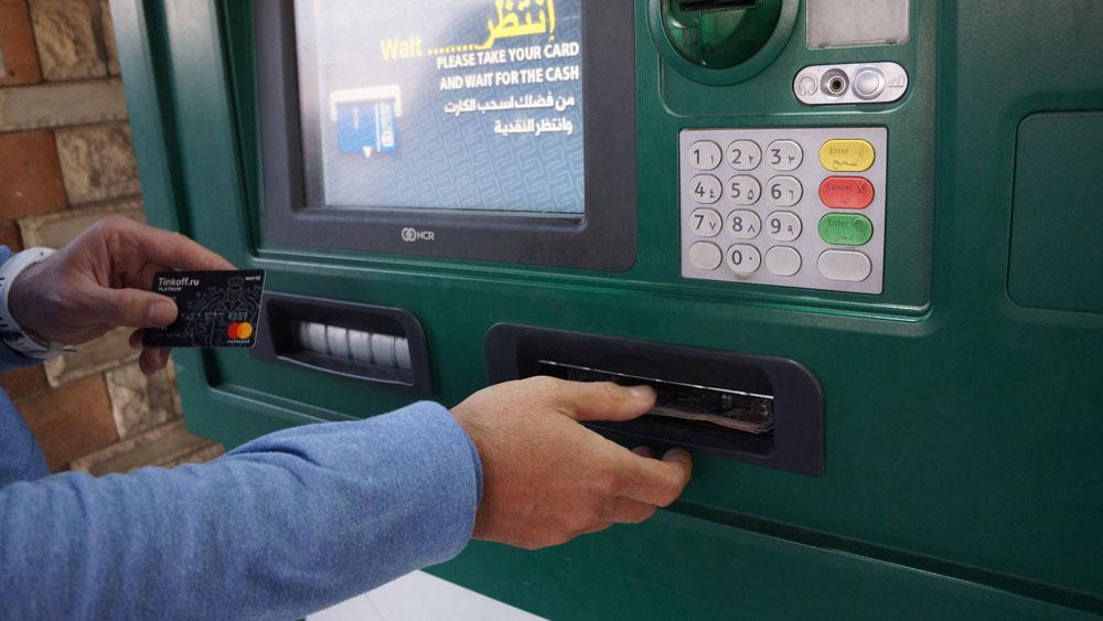 Интерфейс на английском, банкоматы выдают до 3000 фунтов (10 500 р.) за один раз