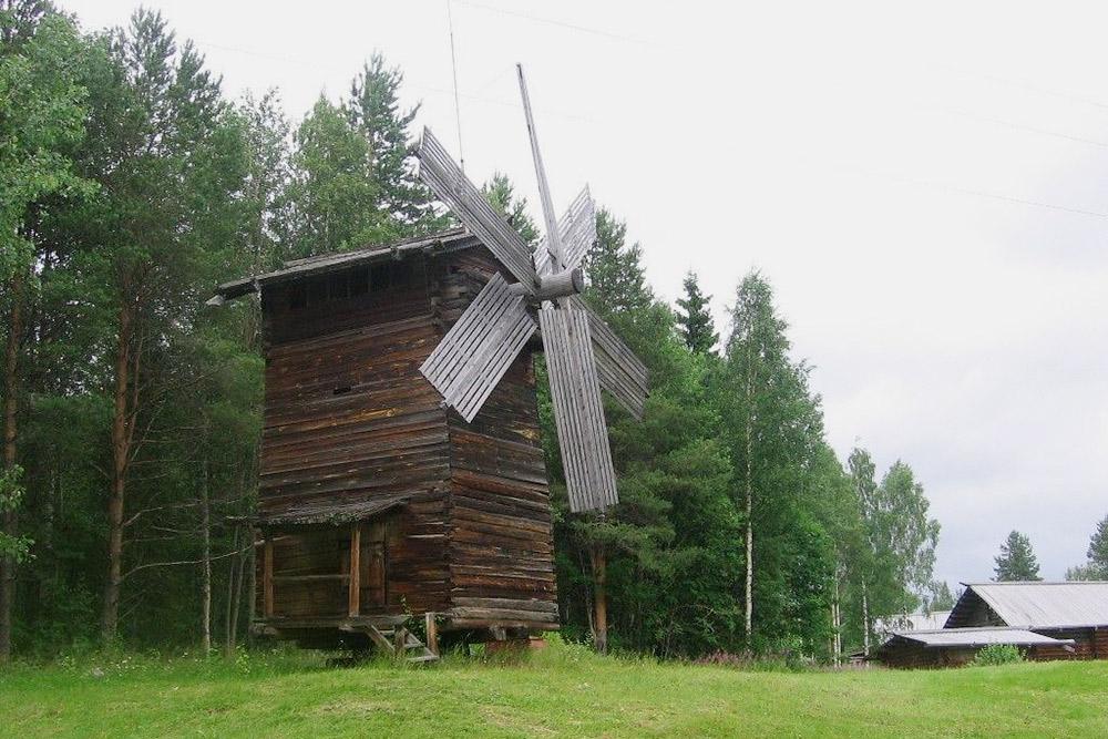 Среди экспонатов есть вот такая деревянная мельница