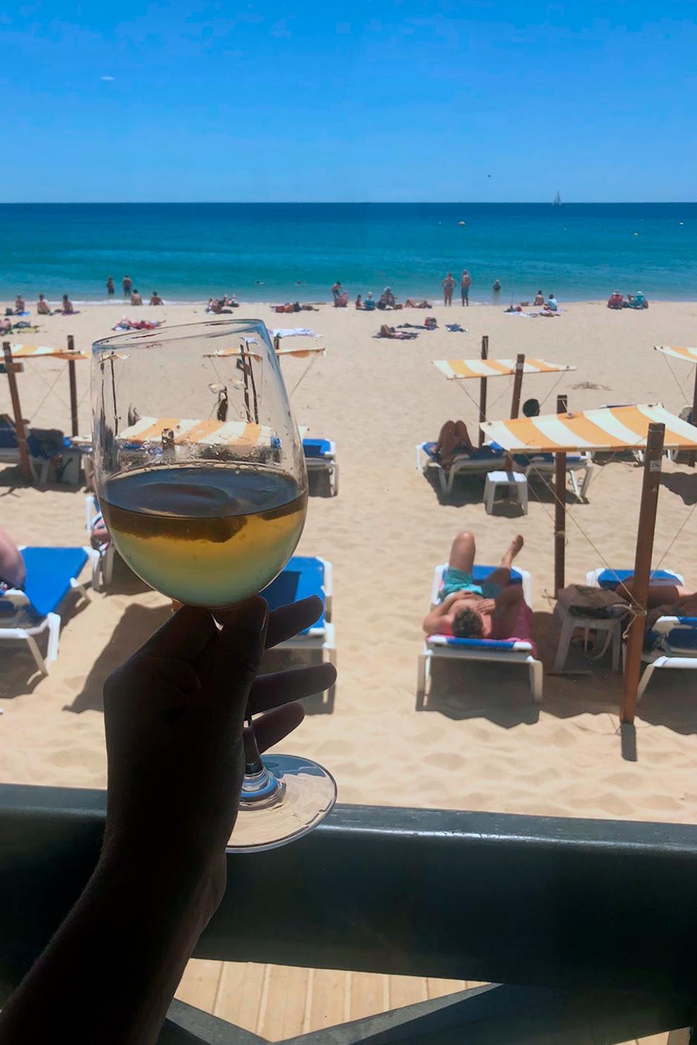 Литровый графин сангрии на пляже в городе Лагуш на юге Португалии стоит 7€ (504₽)