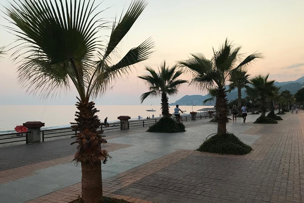 На набережной у пляжа Клеопатры приятно гулять вечерами