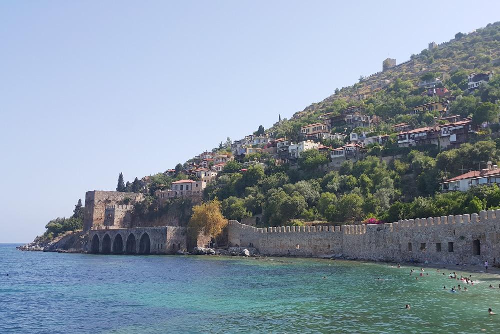 Вид на крепость, верфь, где раньше строили корабли, и крепостную стену. У стены есть небольшой пляж, иногда он полностью уходит под воду