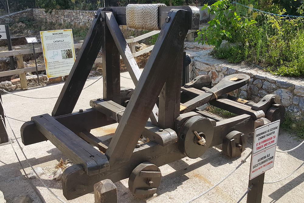 В музее подоткрытым небом на крепостной стене можно найти древние деревянные катапульты идругие орудия