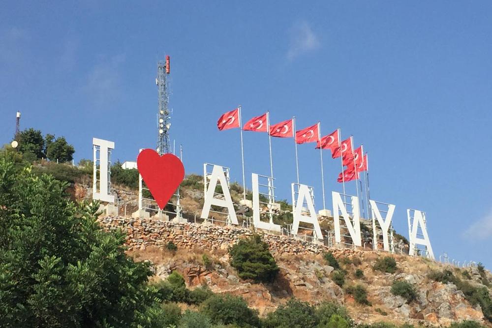 Так выглядят буквы I love Alanya вблизи