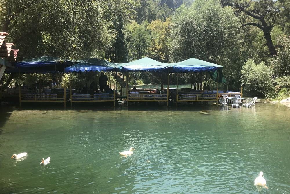 Так выглядит самое простое кафе на реке Дим-Чай. Можно пройти вдоль русла и выбрать то, что понравится