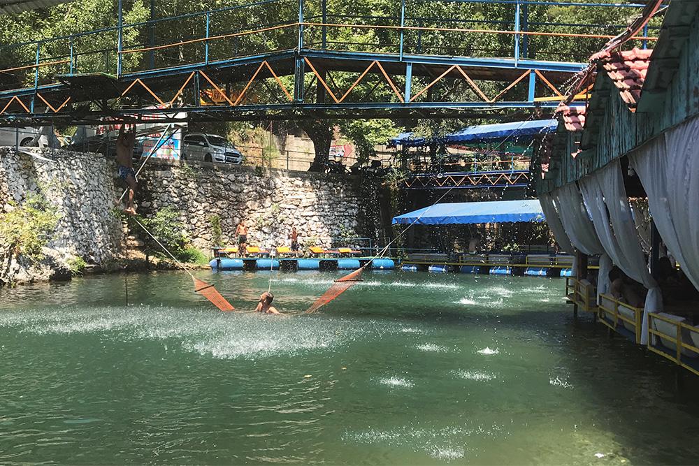 Каждое кафе устраивает систему мостиков, трамплинов и даже фонтанов дляразвлечения гостей. С мостиков можно нырять: река достаточно глубокая