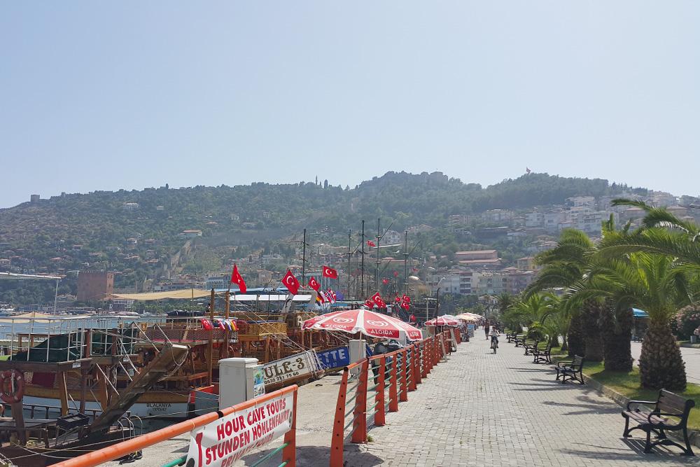Пиратская тематика в Аланье очень популярна, поэтому там много прогулочных кораблей впиратском стиле