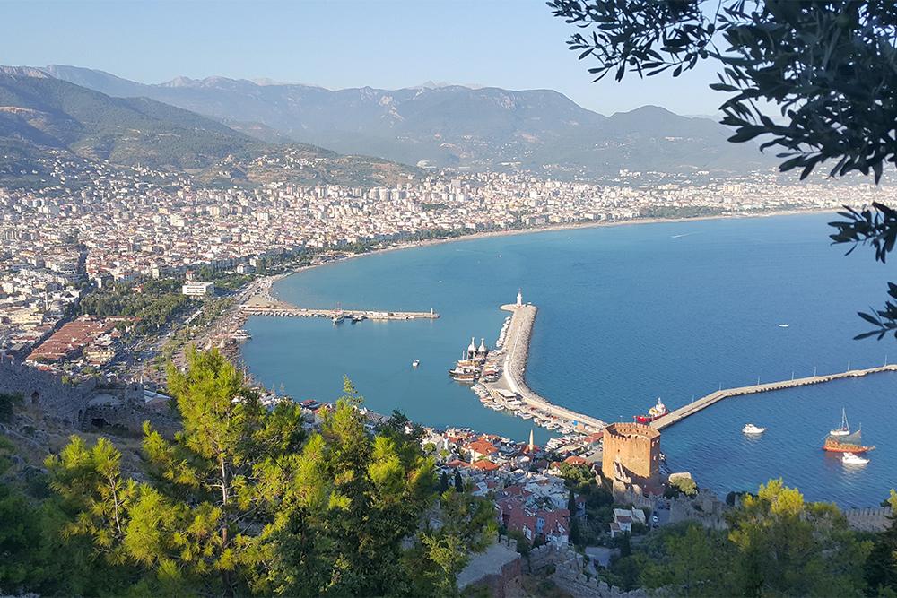 Вид на бухту, центр города и обычные жилые районы