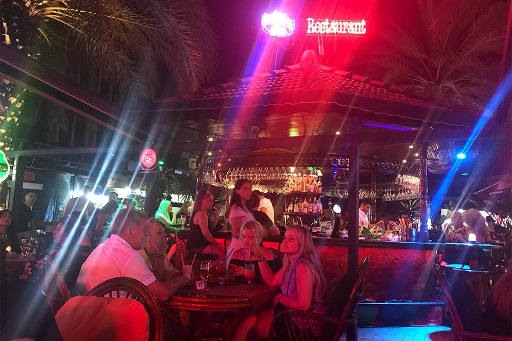 В кафе Queen's Garden можно скоротать время до открытия клубов